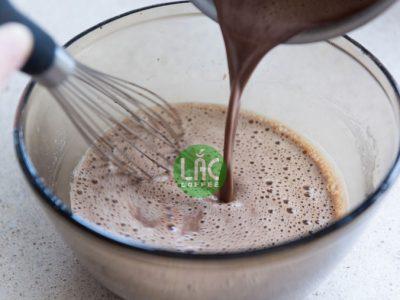 Pha ca cao với sữa tươi đánh bọt vừa thơm vừa béo